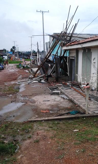 Ventania arrasta telhados e arranca árvores na Zona Sul de Macapá