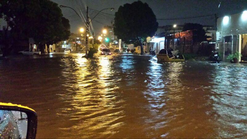 """Durante chuva, ruas e avenidas do Centro viram """"rios"""""""