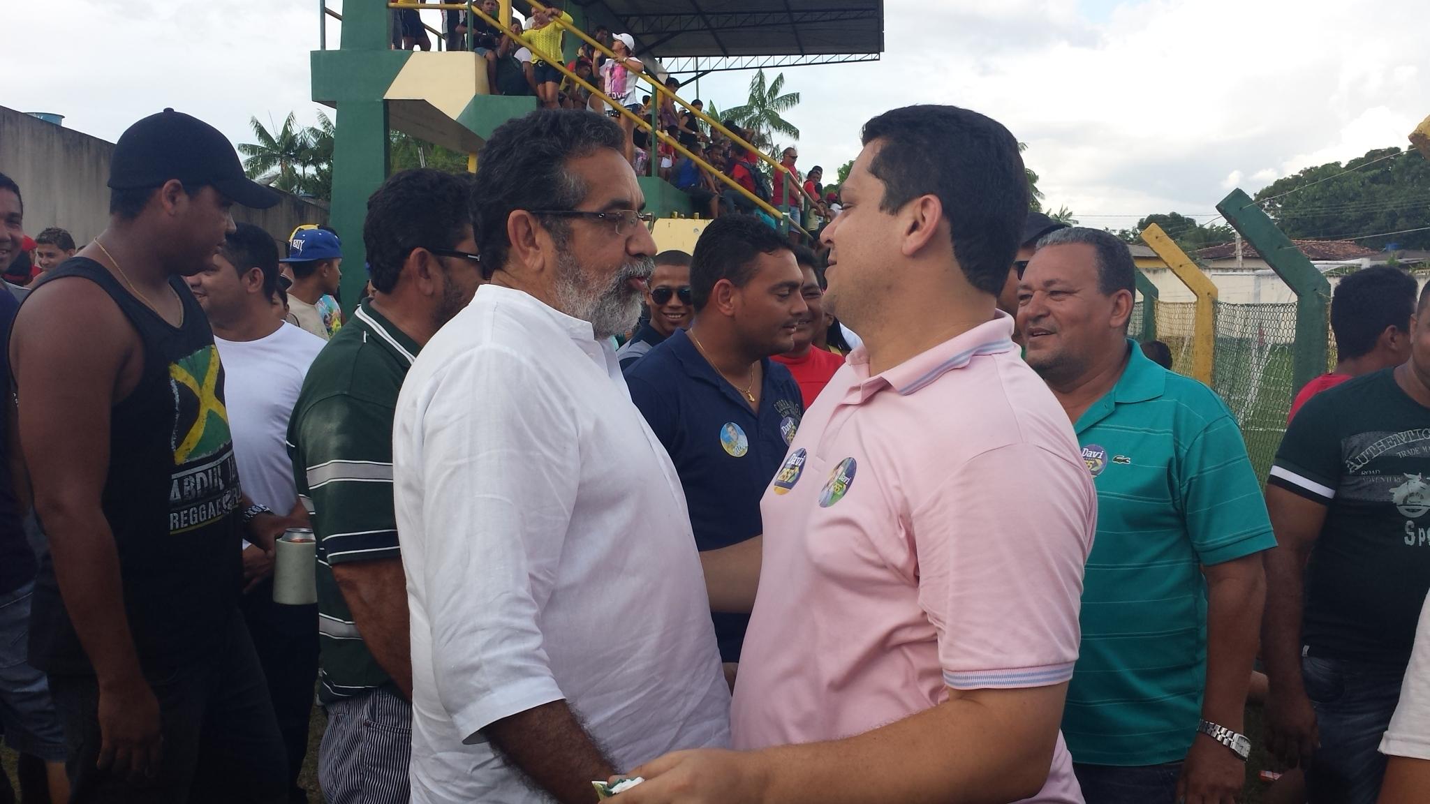"""Em campanha, Davi e Gilvam se """"esbarram"""" em Laranjal do Jari"""
