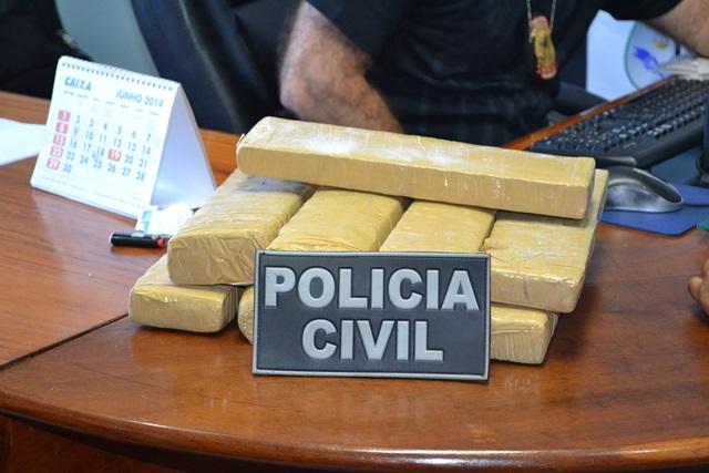 """Polícia prende """"mula"""" com 8 quilos de maconha"""