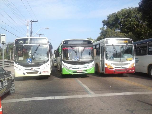 Motoristas e cobradores protestam contra falta de segurança nos ônibus