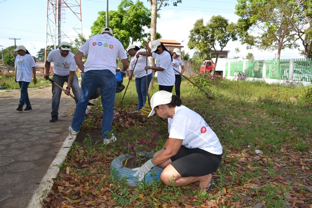 Voluntários fazem mutirão para limpar praça na zona norte de Macapá
