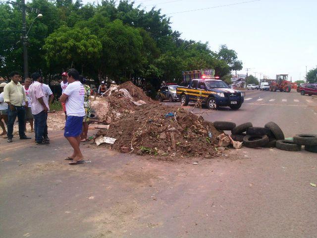 Manifestantes bloqueiam rodovia federal em Macapá