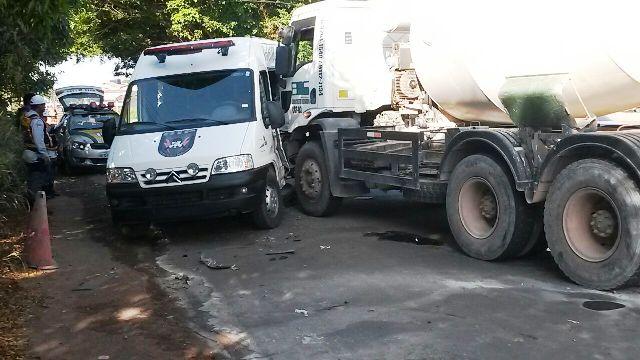 Caminhão bate em viatura do Iapen. Agentes ficam feridos.