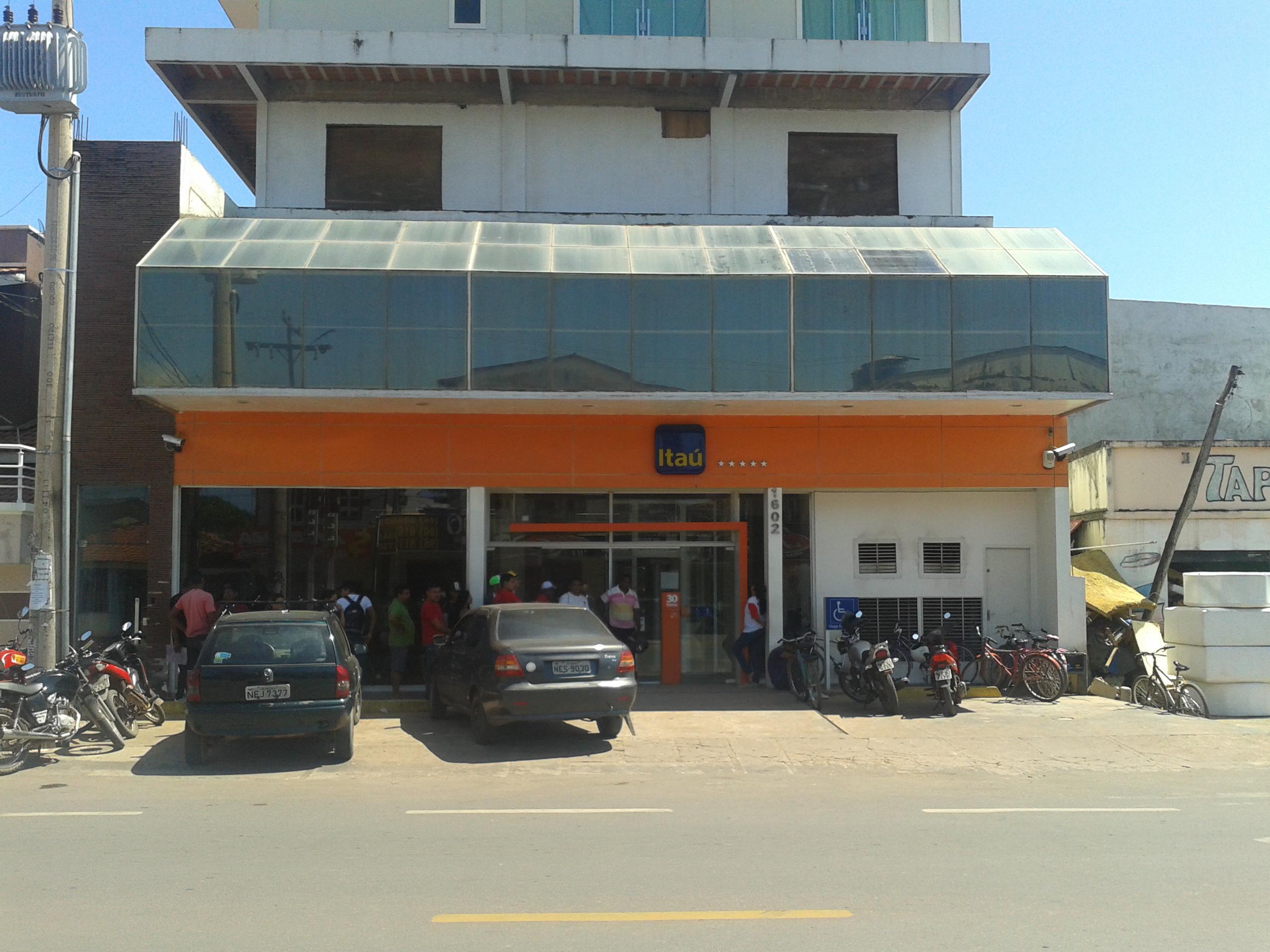 Bandidos levam cofres do Banco Itaú