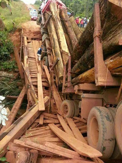 Ponte não suporta carreta e desaba isolando Oiapoque