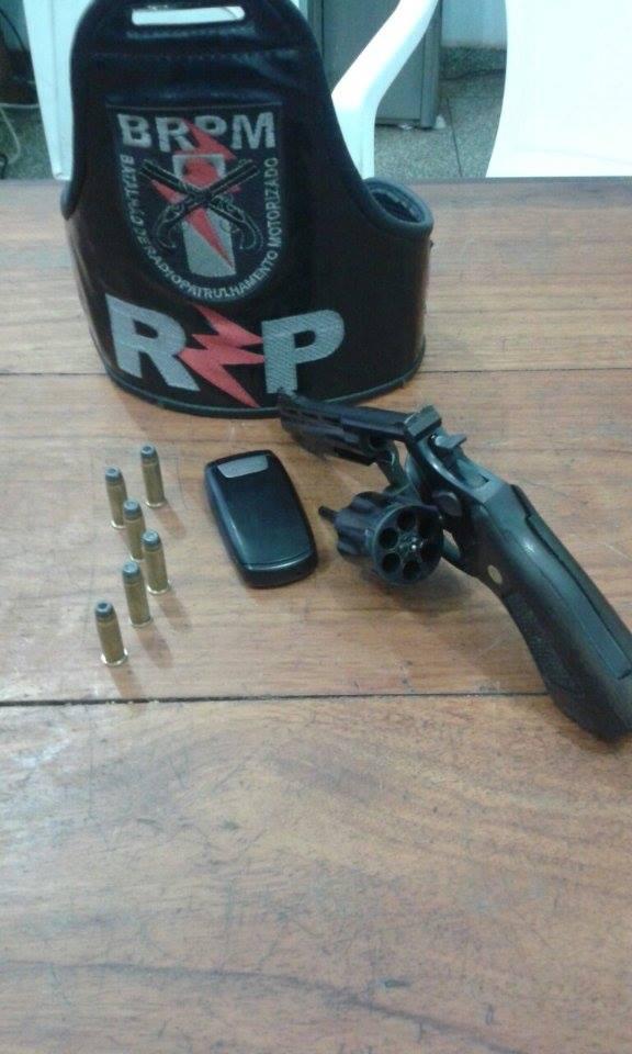Homem invade residência e ameaça moradores com revólver
