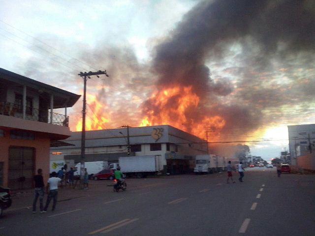 Incêndio destrói Armazém Brasil