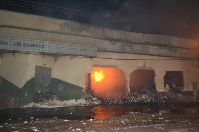 Bombeiros anunciam controle do incêndio no Armazém Brasil