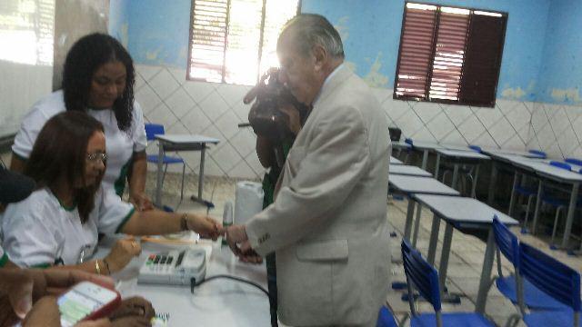 Na hora de votar, Sarney volta a ter problemas com a biometria