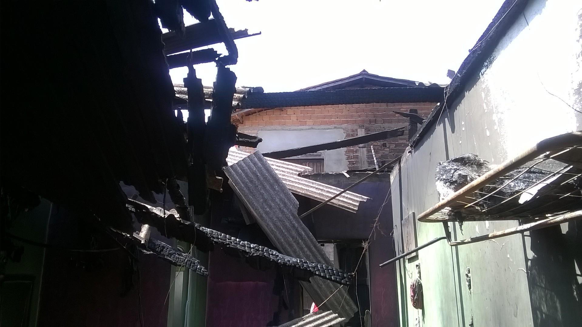 Família fica presa em incêndio, mas sobrevive