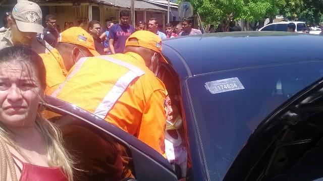 Acidente com 3 carros deixa passageira presa nas ferragens