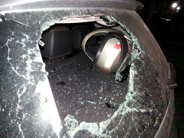 Carro de candidato é atacado por manifestantes