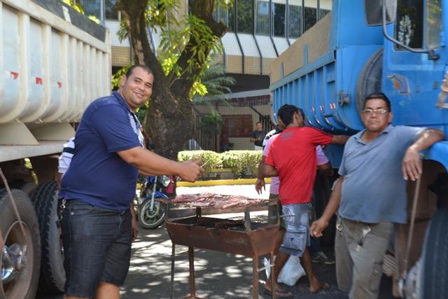 Caçambeiros fazem churrasco em frente ao Palácio do Governo