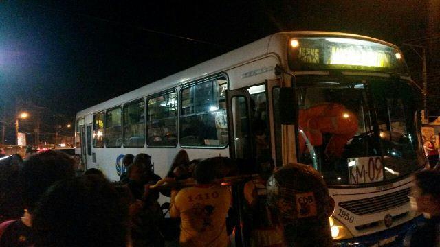 Motorista é esfaqueado 5 vezes em assalto a ônibus