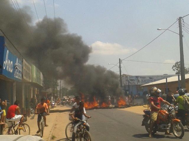Sem água há 3 dias, Laranjal do Jari tem protesto nas ruas