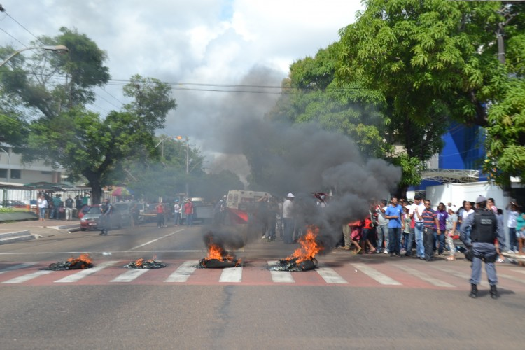 """""""Chegamos ao nosso limite"""", diz vigilante ao queimar pneus na FAB"""