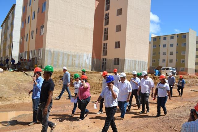 Famílias que vão ocupar conjunto São José recebem visitas técnicas