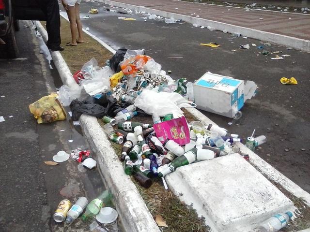 reveillon na orla: Garis juntam 1 tonelada de lixo em 2 horas de trabalho