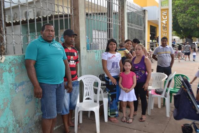 em busca de vagas: Pais acampados há uma semana