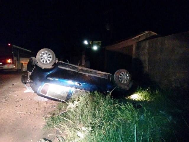 Em fuga: Assaltantes roubam carro e capotam na Duca Serra
