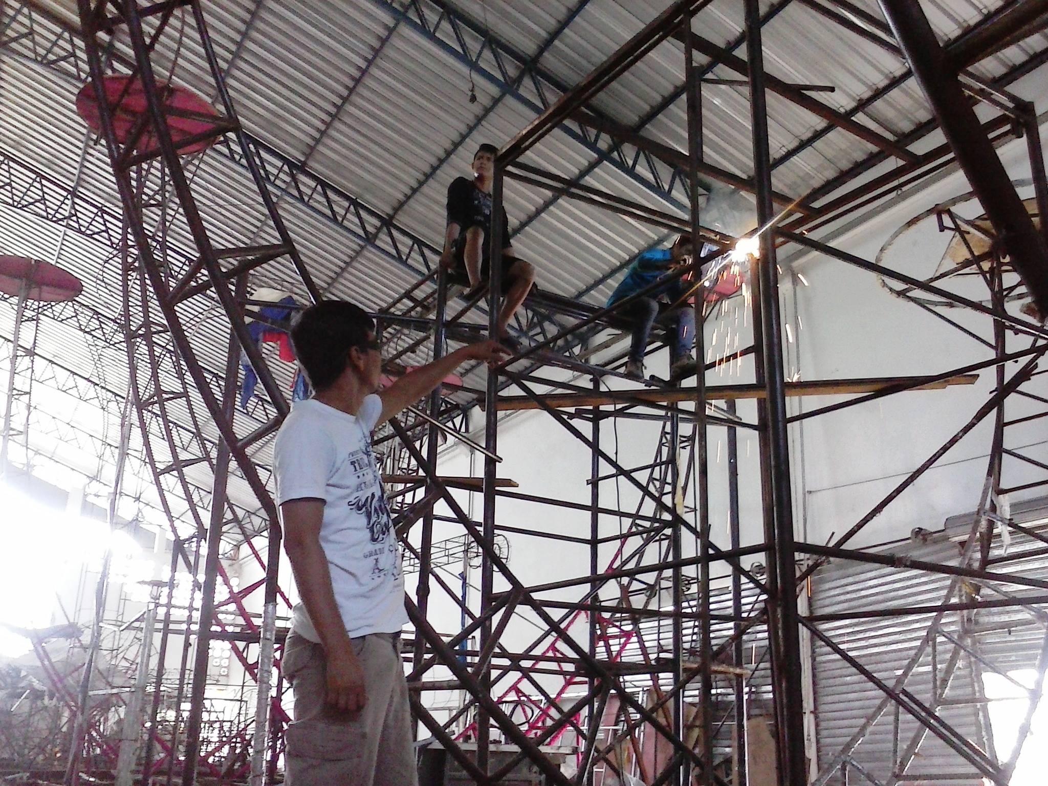 """nos barracões: """"Arquitetos"""" do carnaval movimentam a Cidade do Samba"""