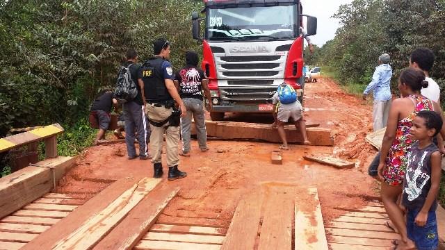 Moradores de Maracá e Cupixi bloqueiam rodovias por falta de energia
