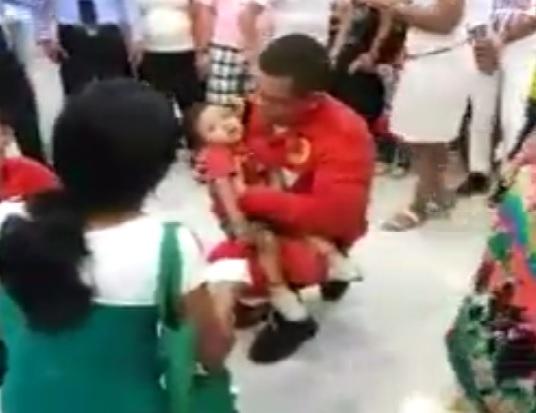 Vídeo: Bombeiro salva criança em shopping de Macapá