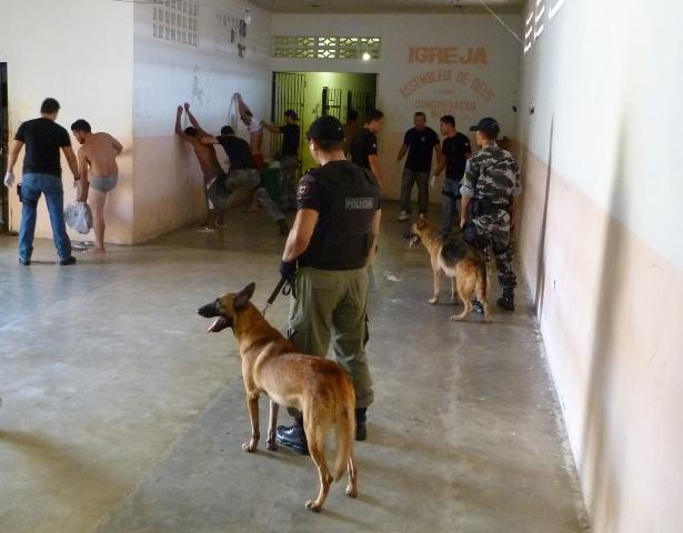 Crime organizado no IAPEN: Equipes encontram anotações bancárias em celas