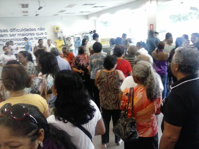 Pagamento não estava na conta: Servidores federais fazem tumulto no Banco do Brasil