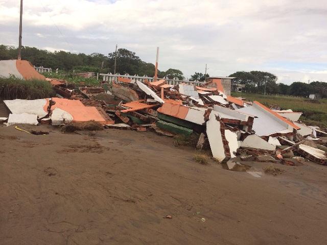 Fenômeno: Oceano avança e destrói estrutura turística na Praia do Goiabal