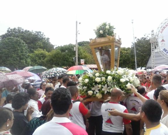 Procissão: Devotos homenageiam São José mesmo debaixo de chuva