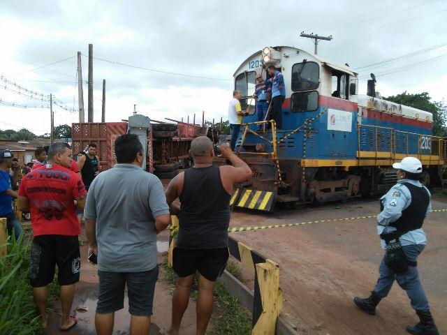 Zamin: Carreta avança e é atingida por trem em Santana