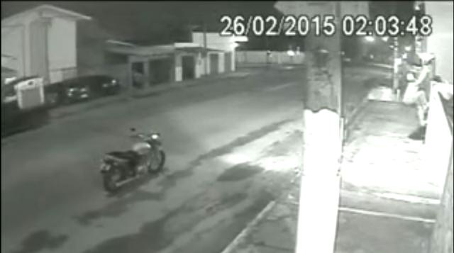 Santa Rita: VÍDEO mostra bandido trapalhão furtando câmera de segurança