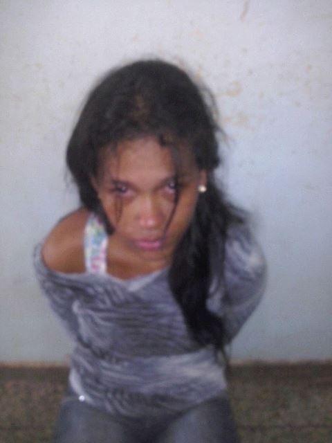 """suspeita de roubo: Polícia prende """"musa do tráfico"""" que exibia armas nas rede sociais"""