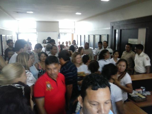 Pressão: Professores e profissionais de saúde ocupam prefeitura de Macapá