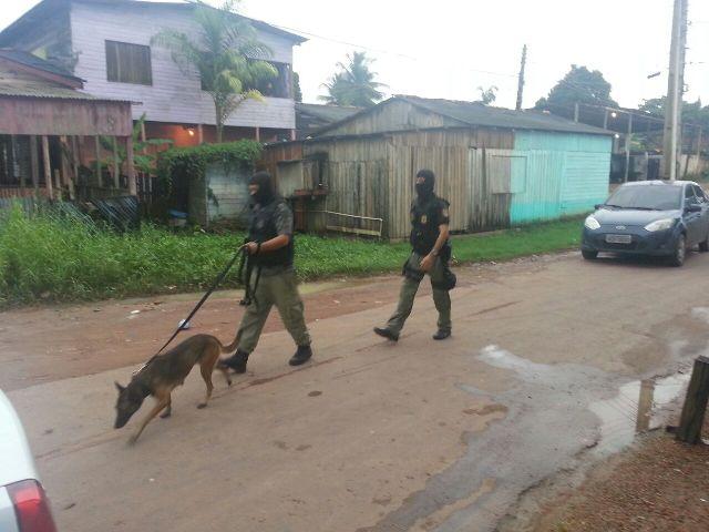 mandados: Policiais buscam drogas na Vila Miséria