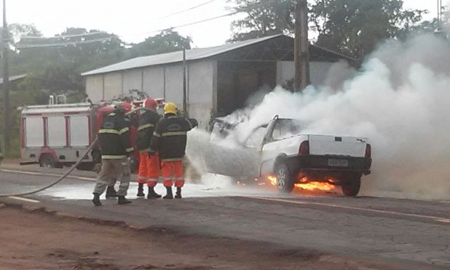 Susto: Carro pega fogo e fecha Duca Serra