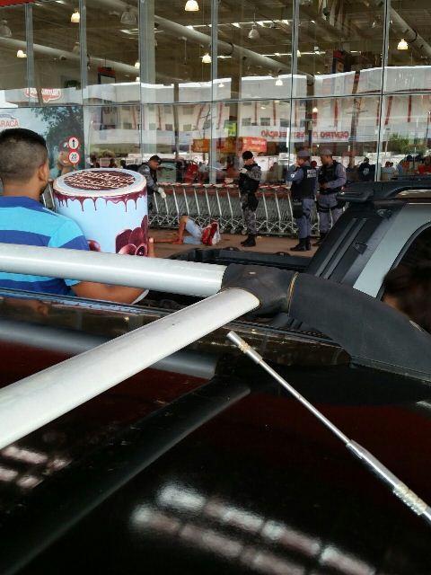 Atacadão: Assalto termina com troca de tiros em estacionamento