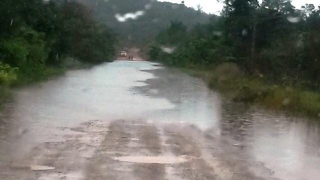 Cassiporé: Rio transborda e inunda BR-156