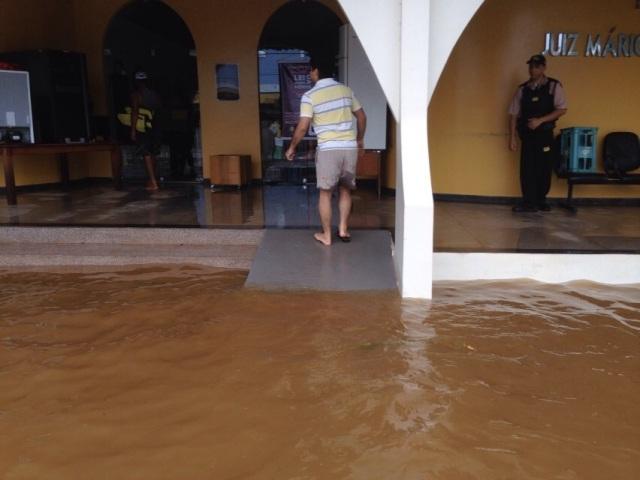 Nada escapa: Enchente atinge Fórum de Ferreira Gomes