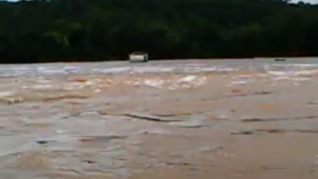 VÍDEO: Casa é arrastada pelo Rio Araguari