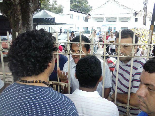 Professores de Macapá: Grevistas trancam prefeitura e só aceitam negociar com o prefeito