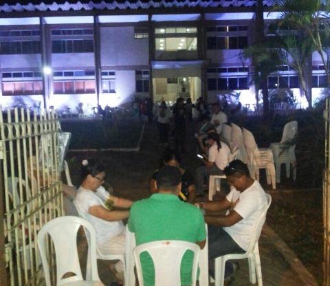 Greve: Professores passam a noite na frente da prefeitura