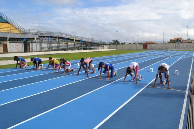 """Jogos Escolares: """"É mil vezes melhor"""", diz estudante no primeiro evento da pista de atletismo"""