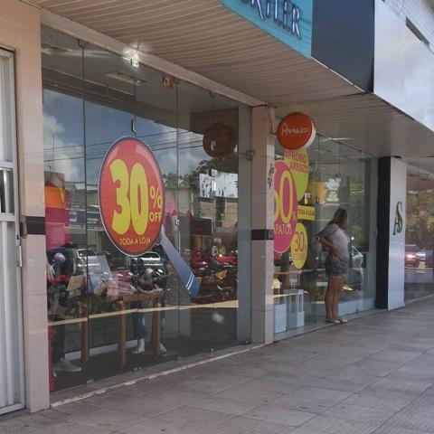 Crise: Comércio aposta nas promoções para atrair clientes e evitar demissões