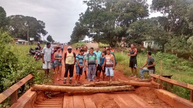 10 dias sem energia elétrica: Moradores do Carnot interditam BR-156 em protesto