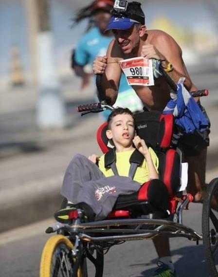 Amor sem limites: Pai vira atleta e muda a vida do filho com paralisia cerebral