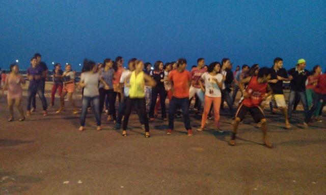 baile na praça: VÍDEO mostra grupo evangélico que usa a dança para atrair os jovens