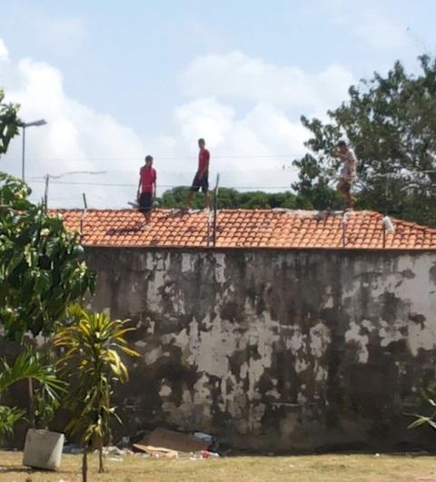 Protesto: No Cesein, menores sobem no telhado e atiram telhas nos policiais